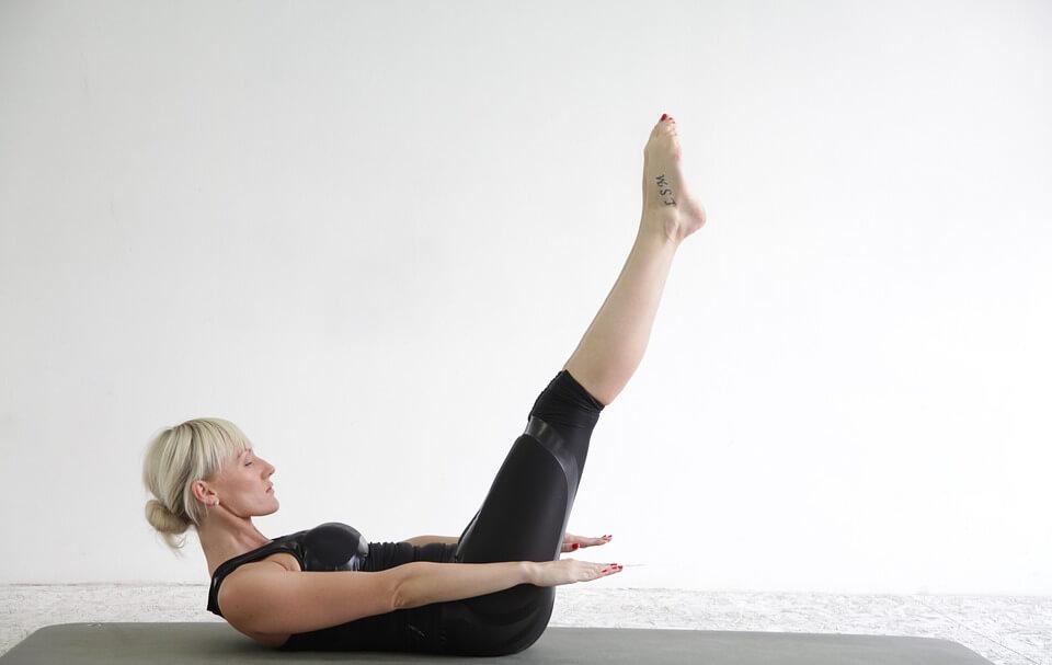Mulher praticando exercício de pilates